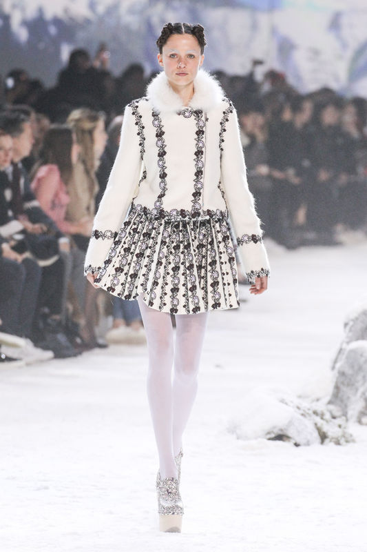 "Mannequin au défilé de mode ""Moncler Gamme Rouge"", collection prêt-à-porter automne-hiver 2016-2017 à Paris, le 9 mars 2016. Model at Moncler Gamme Rouge fashion show Fall/Winter ready-to-wear 2016-2017 in Paris, on March 9, 2016."