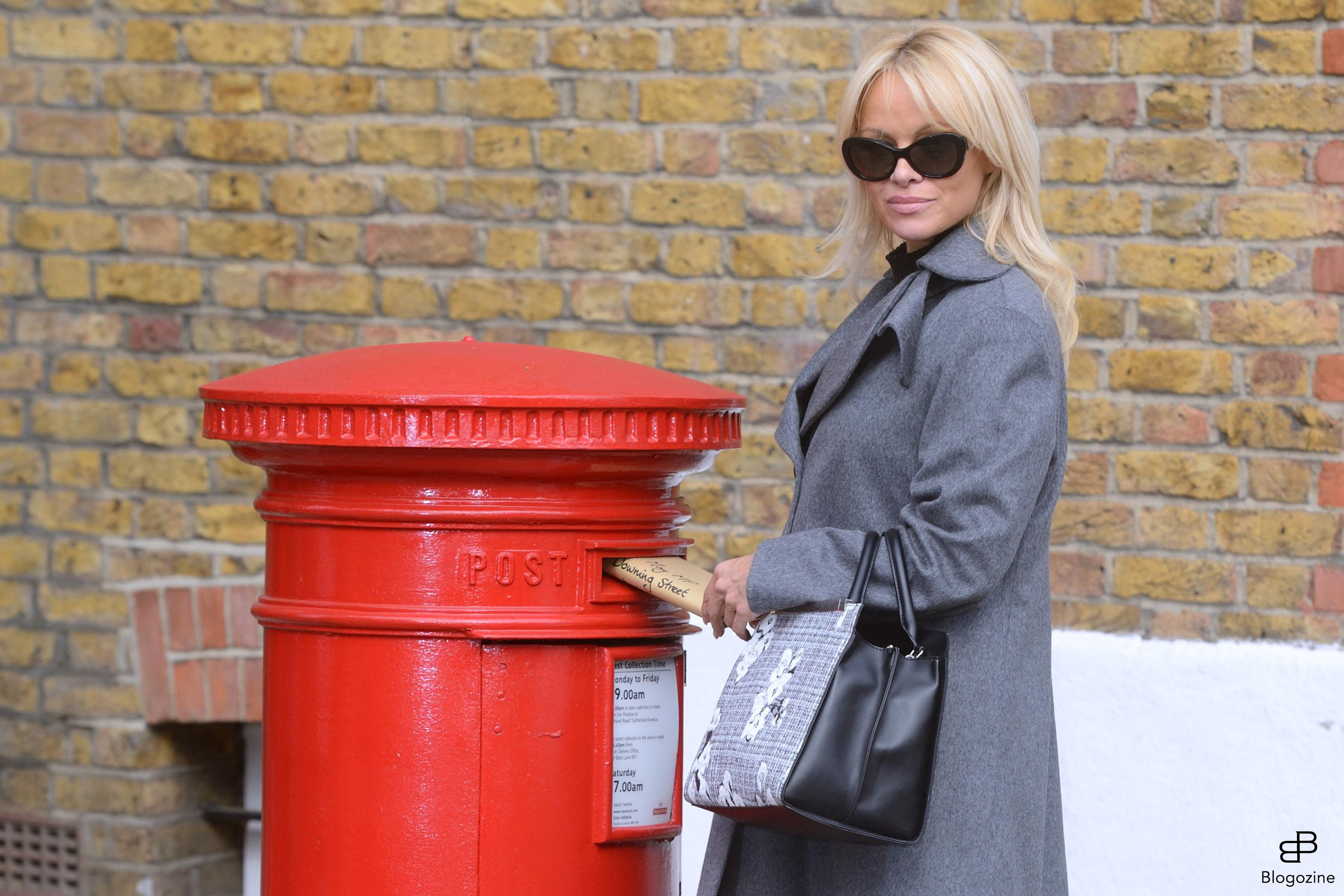 6352489 Pamela Anderson urges Prime Minister Theresa May to ban wild-animal circuses during a PETA Photocall in London, England on October 12, 2016. Photo by Aurore Marechal/ABACAPRESS.COM COPYRIGHT STELLA PICTURES